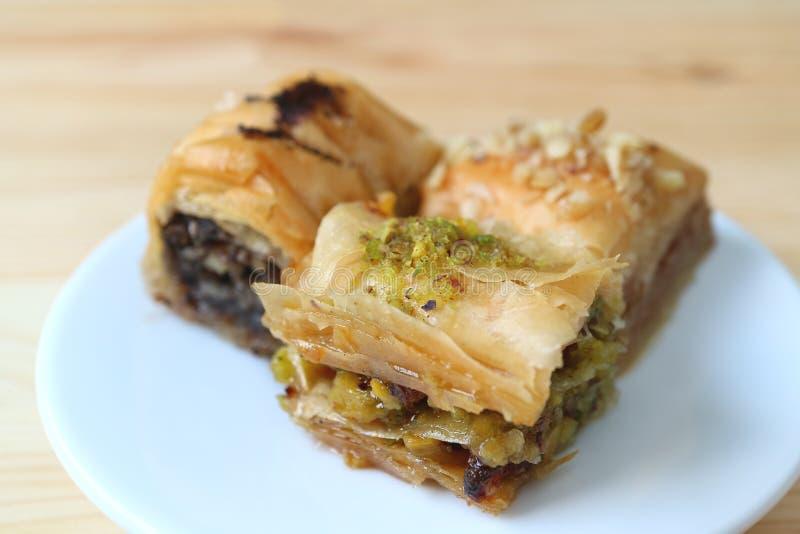 Omhoog gesloten drie soorten Baklava met pistaches en noten diende op witte plaat royalty-vrije stock foto's