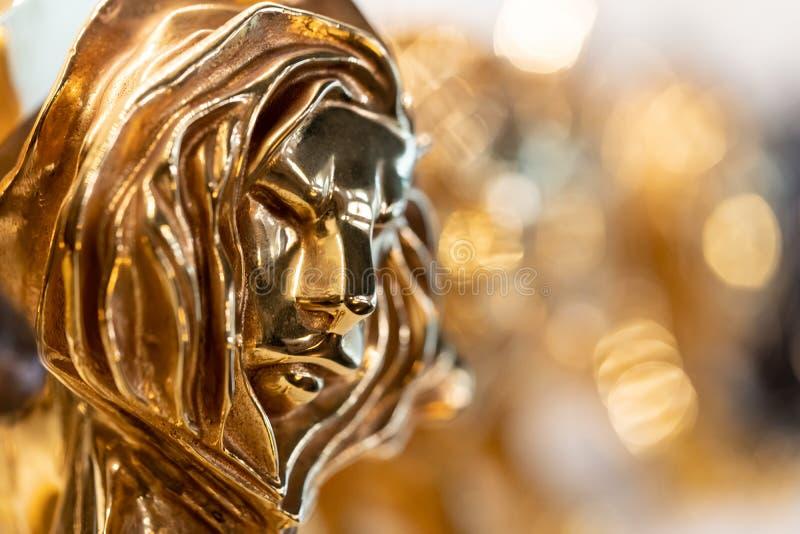 Omhoog gesloten van gouden de leeuwtoekenning van Cannes, trofee voor winnaar van reclamebureau in jaarlijks festival in Cannes,  stock afbeeldingen