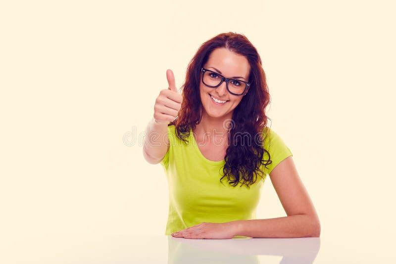 Omhoog glimlachend jonge vrouwen gesturing duim gestemd royalty-vrije stock fotografie