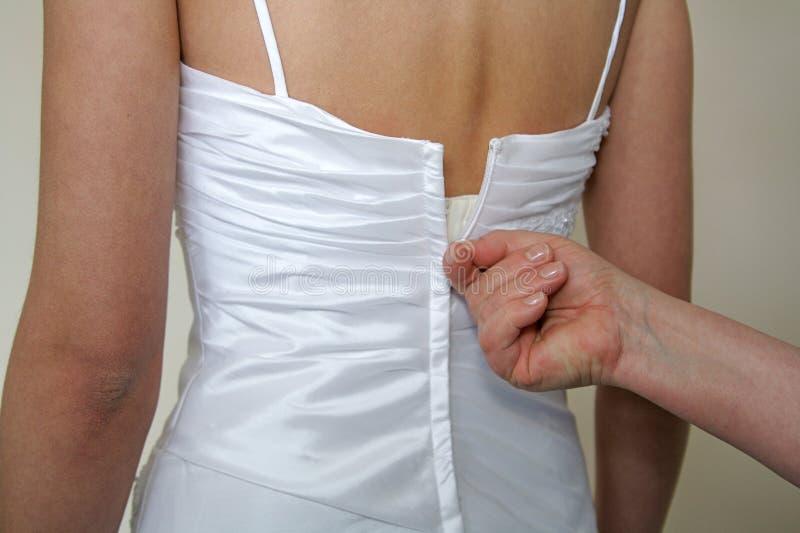 Omhoog het doen van de bruidenkleding royalty-vrije stock afbeelding