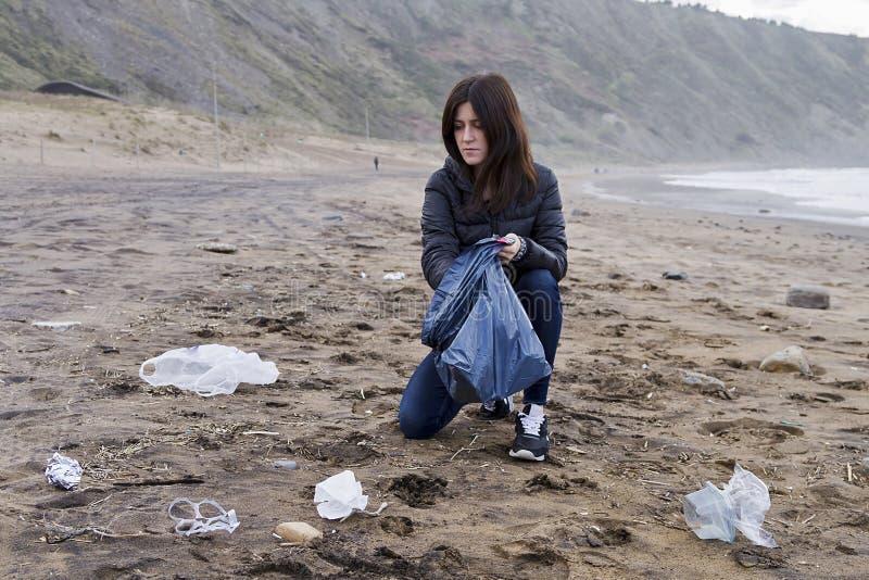 Omhoog het doorboren van huisvuil in het strand stock afbeelding