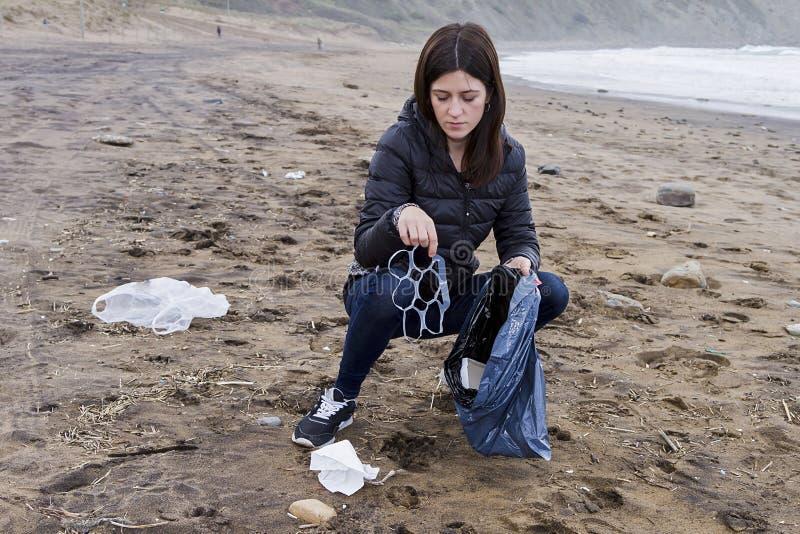 Omhoog het doorboren van huisvuil in het strand stock foto's