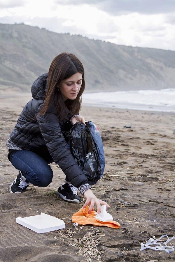 Omhoog het doorboren van huisvuil in het strand stock fotografie