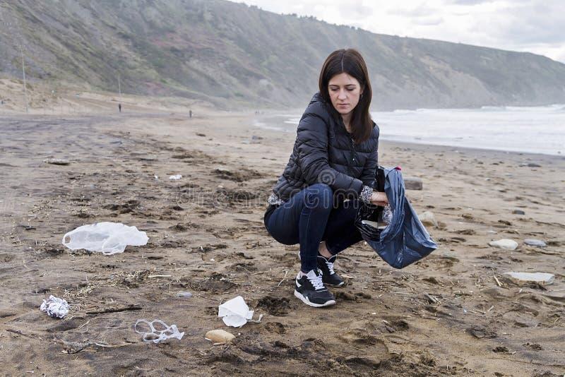 Omhoog het doorboren van huisvuil in het strand stock afbeeldingen