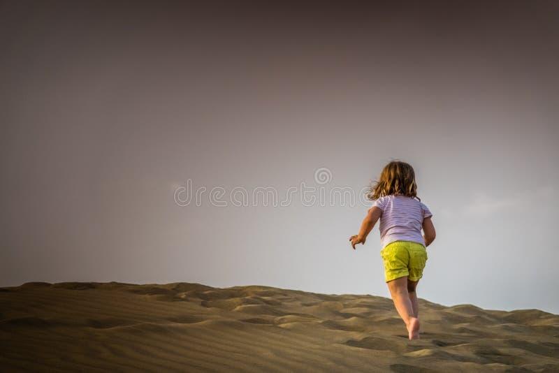 Omhoog het lopen van de zandduinen royalty-vrije stock foto's