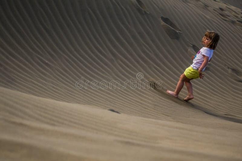 Omhoog het lopen van de zandduinen stock afbeeldingen