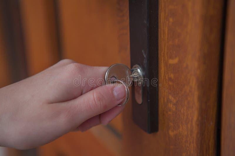 Omhoog het sluiten van of het openen van deur met in hand sleutel royalty-vrije stock fotografie