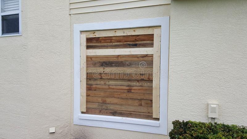 Omhoog ingescheept venster stock afbeelding
