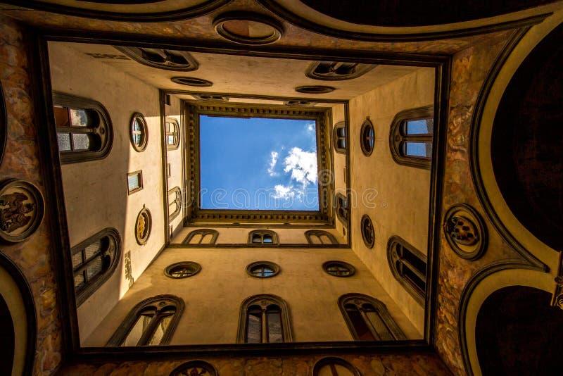 Omhoog kijkend door het open atrium, Florence, Italië stock afbeelding