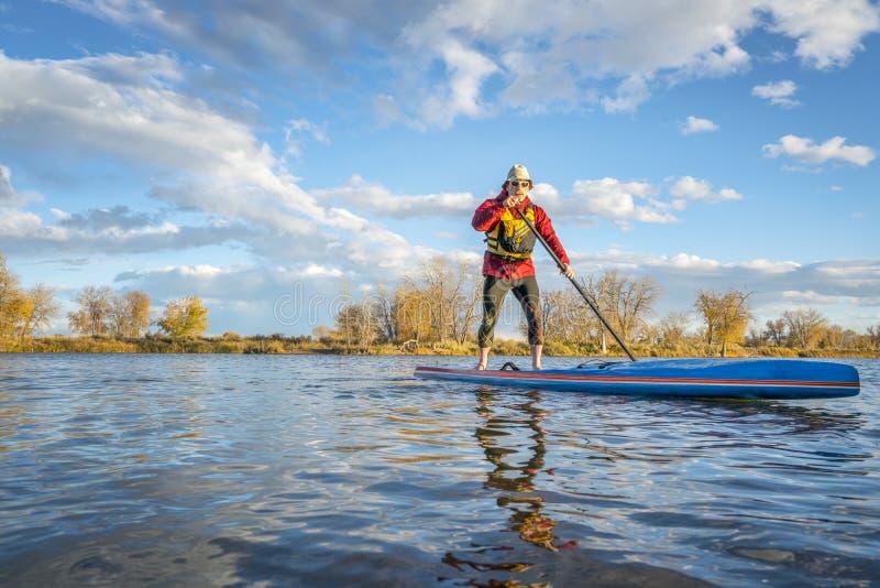 Omhoog paddelend tribune paddleboard in Colorado stock foto's