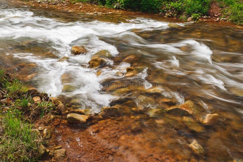 Omhoog sluit het snel bewegende rivierwater, stock foto