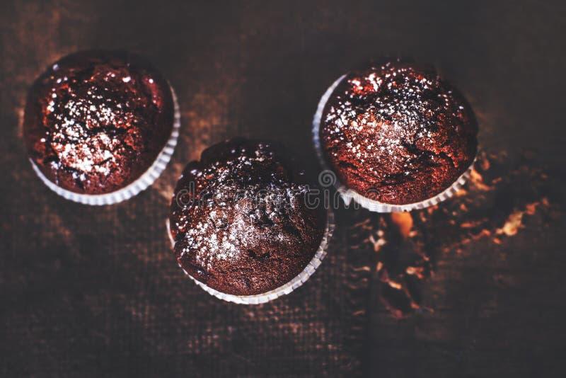 Omhoog sluiten de chocolade donkere muffins op houten lijst, selectieve focu royalty-vrije stock foto