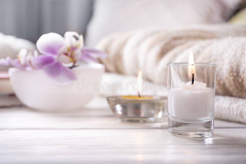 Omhoog sluiten huis binnenlandse detailes Het stilleven met bloem is vaas, twee kaarsen, boeken en op wit houten dienblad, royalty-vrije stock foto