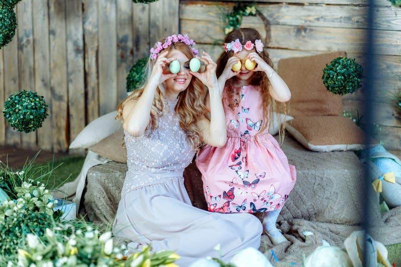 Οικογένεια που προετοιμάζεται για Πάσχα στοκ φωτογραφίες με δικαίωμα ελεύθερης χρήσης