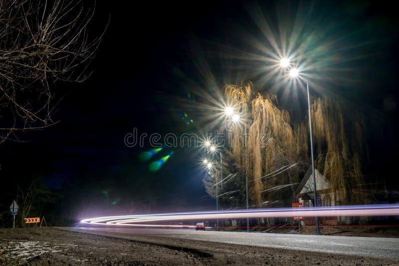 Γρήγορα κινούμενη κυκλοφορία τη νύχτα χειμερινή εποχή έννοια του δρόμου, της αφαίρεσης χιονιού και πάγου, του κινδύνου και της ασ στοκ φωτογραφία με δικαίωμα ελεύθερης χρήσης