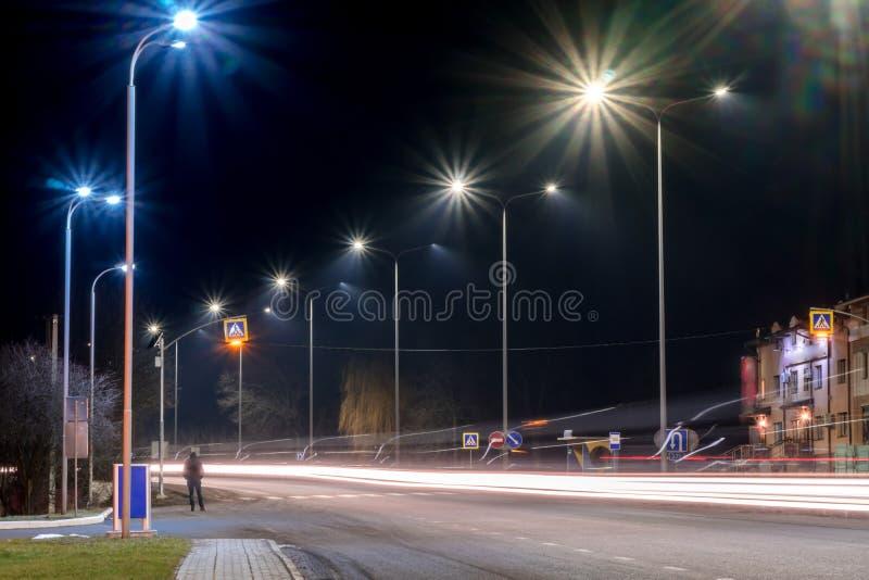 Γρήγορα κινούμενη κυκλοφορία τη νύχτα χειμερινή εποχή έννοια του δρόμου, της αφαίρεσης χιονιού και πάγου, του κινδύνου και της ασ στοκ εικόνα με δικαίωμα ελεύθερης χρήσης
