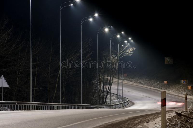 Γρήγορα κινούμενη κυκλοφορία τη νύχτα χειμερινή εποχή έννοια του δρόμου, της αφαίρεσης χιονιού και πάγου, του κινδύνου και της ασ στοκ εικόνες