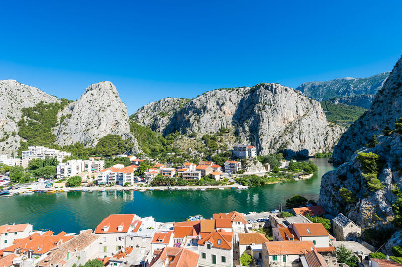 Omis -老镇在达尔马提亚,克罗地亚,位于在山之间 免版税库存照片