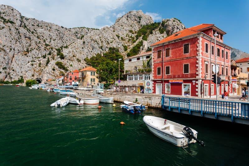 Omis, Kroatien - Juli 2016 - Ansicht von der Brücke in der Stadt von Omis im historischen Stadtteil in Kroatien lizenzfreie stockfotos