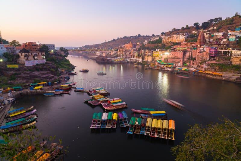 Omkareshwar pejzaż miejski przy półmrokiem, India, święta hinduska świątynia Święta Narmada rzeka, łodzi unosić się Podróży miejs zdjęcia royalty free