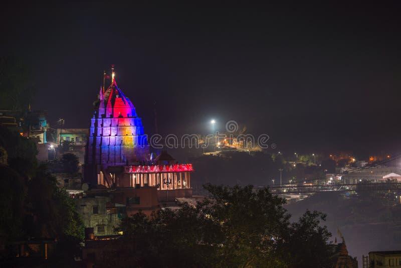 Omkareshwar-Stadtbild bis zum Nacht, Indien, heiliger hindischer Tempel belichtet Reiseziel für Touristen und Pilger stockbilder