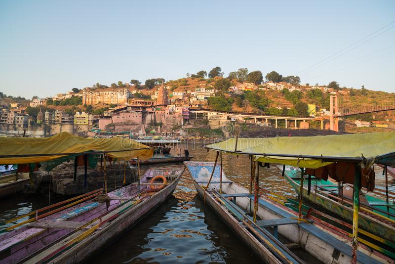 Omkareshwar-Stadtbild, Indien, heiliger hindischer Tempel Heiliger Narmada-Fluss, Bootsschwimmen Reiseziel für Touristen und Pilg lizenzfreies stockbild