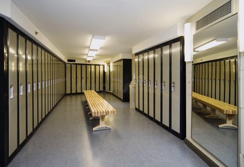 omklädningsrum med låsbara skåp royaltyfri bild