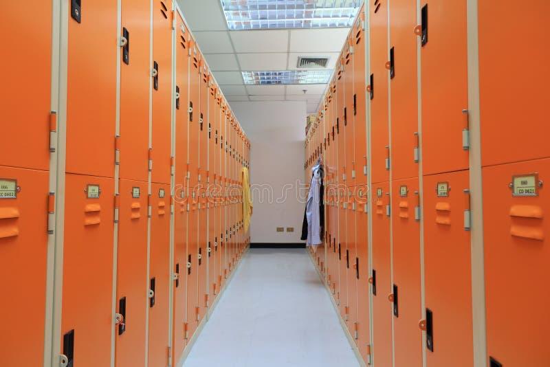 Omklädningsrum med låsbara skåp. arkivbild