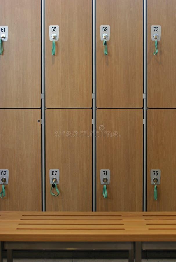 omklädningsrum med låsbara skåp arkivfoton