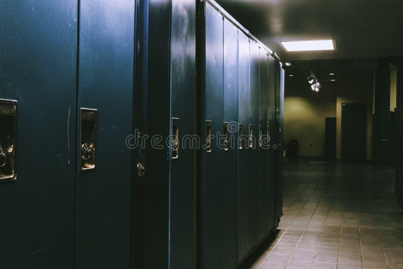 Omklädningsrum med låsbara skåp royaltyfria bilder