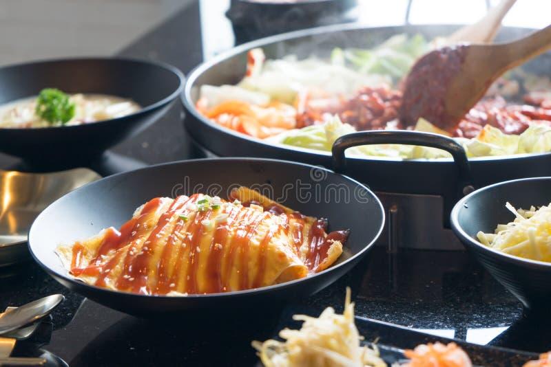 Omlet i rozdrapany jajko z pomidorem, ketchup cebul? na wierzcho?ku, kumberlandem/i zdjęcie stock