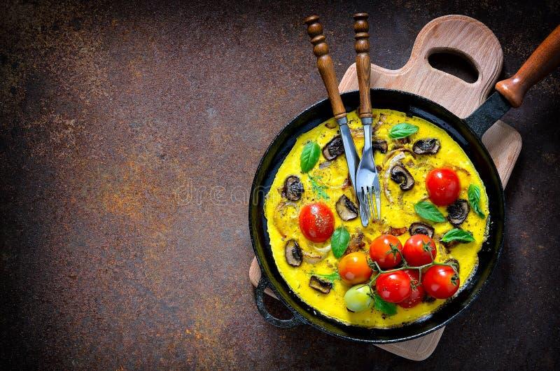 Omlet lub frittata z pomidorami obrazy royalty free