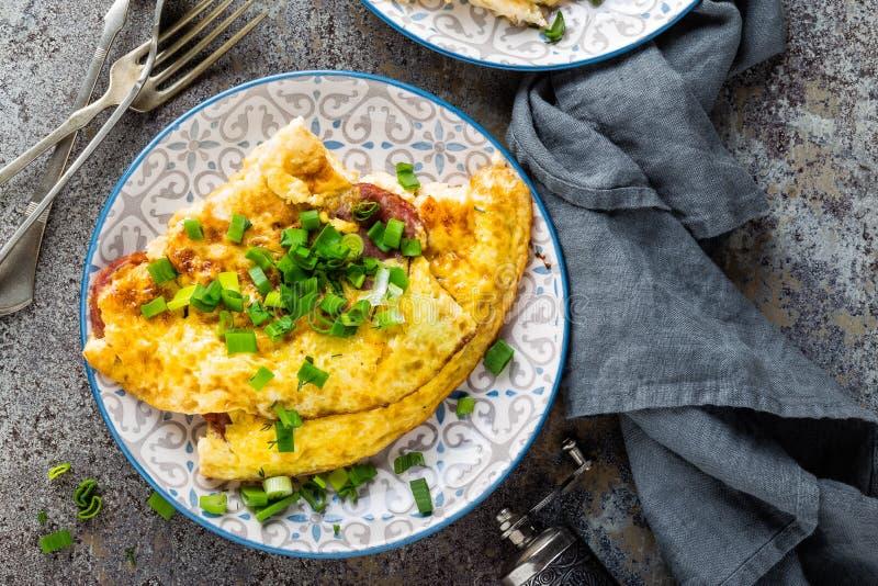 Omlet lub omelette z świeżą zieloną cebulą, rozdrapani jajka zdjęcia stock