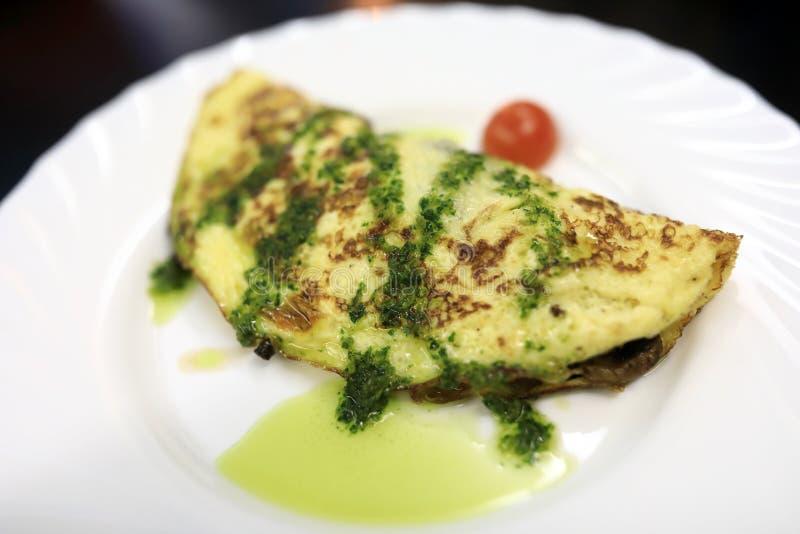 Omlet na bielu talerzu zdjęcie royalty free