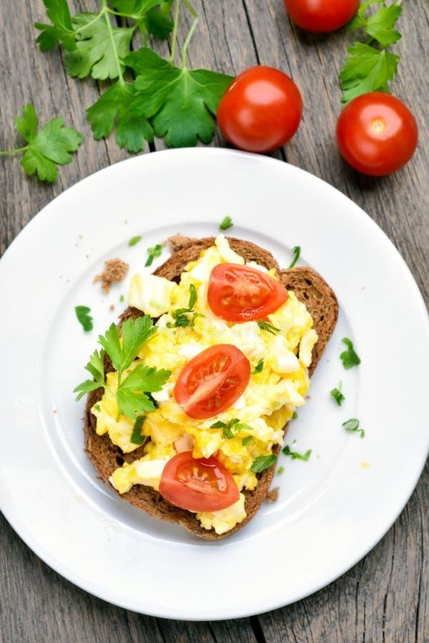 Omlet na chlebie, odgórny widok zdjęcie royalty free