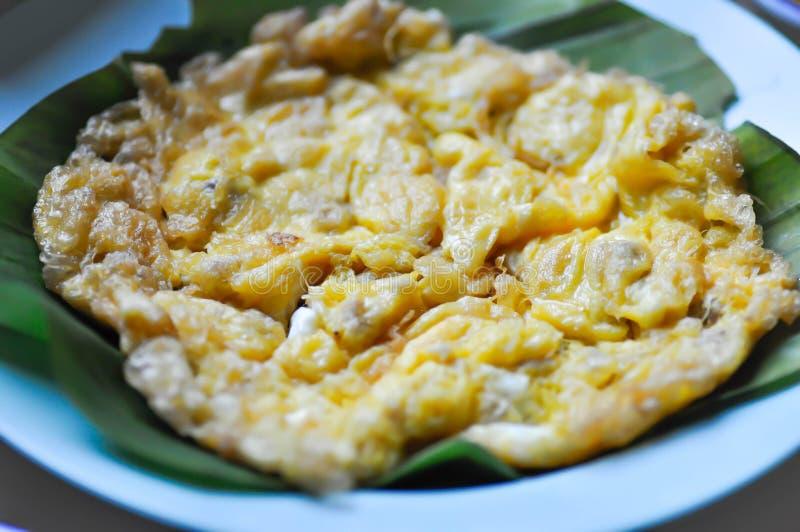 Omlet, smażący jajko zdjęcie royalty free