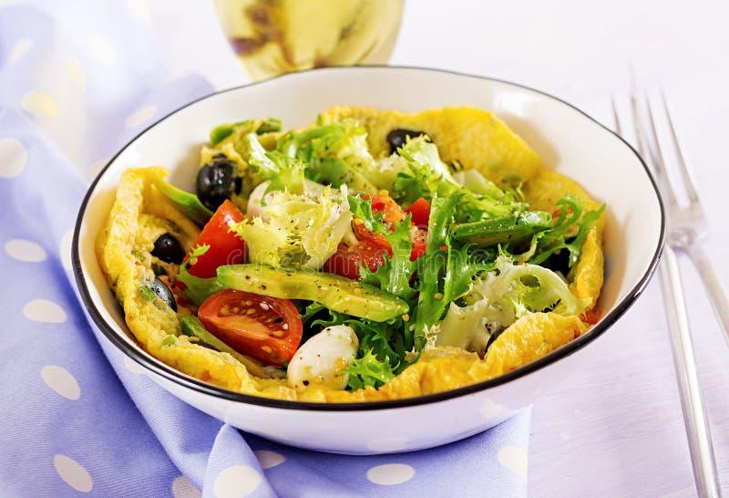 Omlet z świeżych pomidorów, czarnej oliwki, avocado i mozzarelli serem, fotografia stock