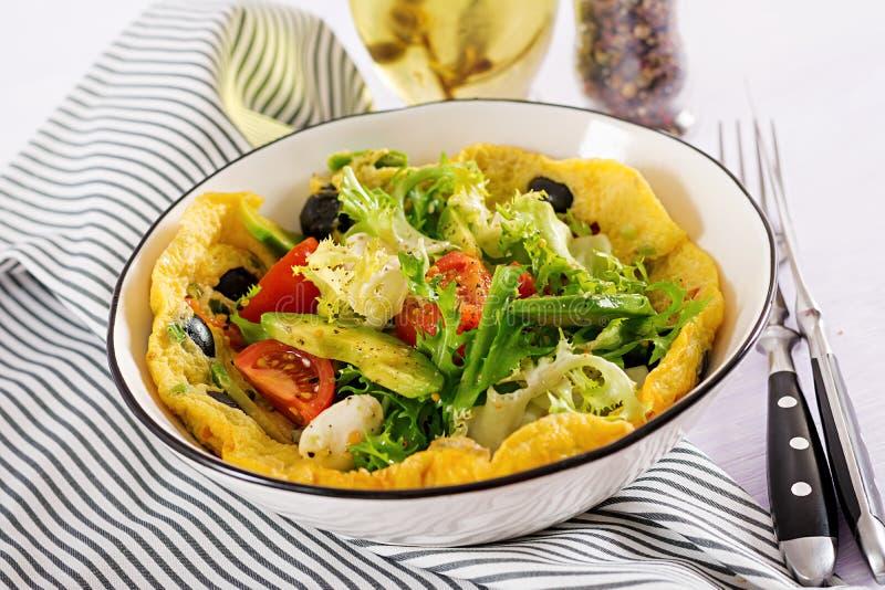 Omlet z świeżych pomidorów, czarnej oliwki, avocado i mozzarelli serem, zdjęcie stock