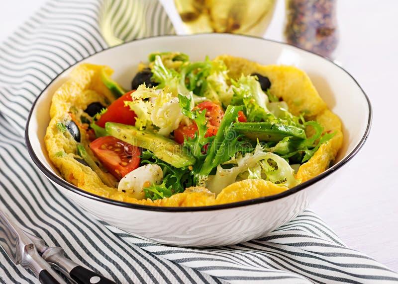 Omlet z świeżych pomidorów, czarnej oliwki, avocado i mozzarelli serem, zdjęcia stock