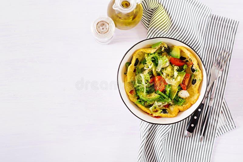 Omlet z świeżych pomidorów, czarnej oliwki, avocado i mozzarelli serem, obrazy stock