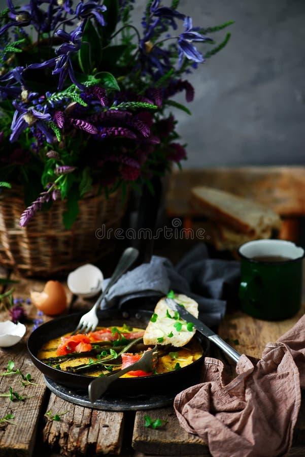 Omlet z asparagusem i ?ososiem w ?elaznej niecce obraz stock