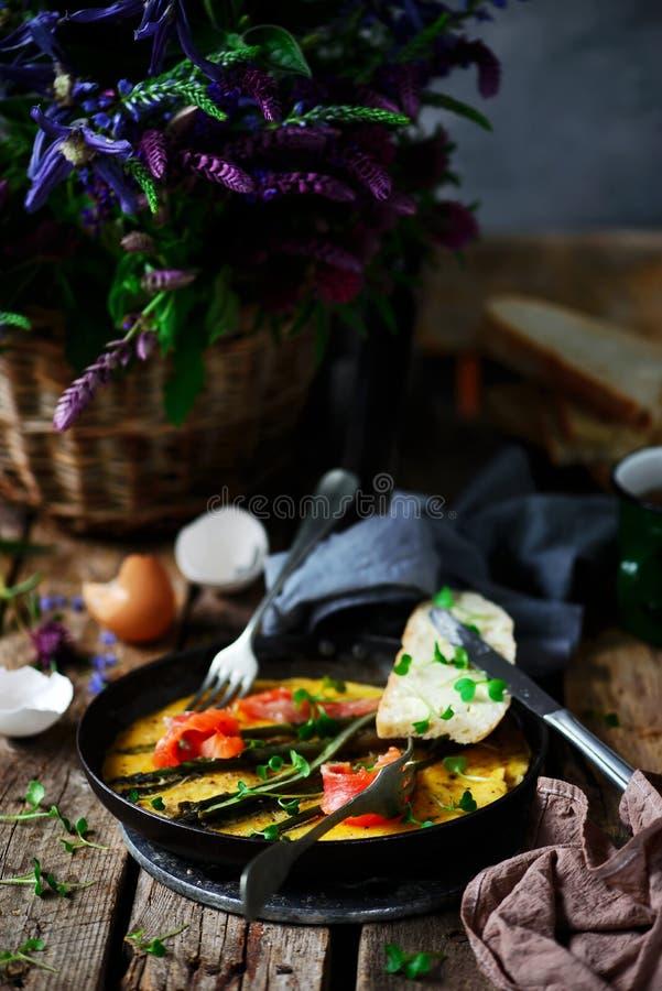 Omlet z asparagusem i ?ososiem w ?elaznej niecce fotografia royalty free