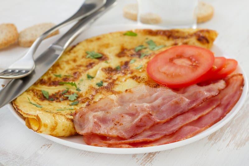 Omlet z bekonem i pomidorem zdjęcia royalty free