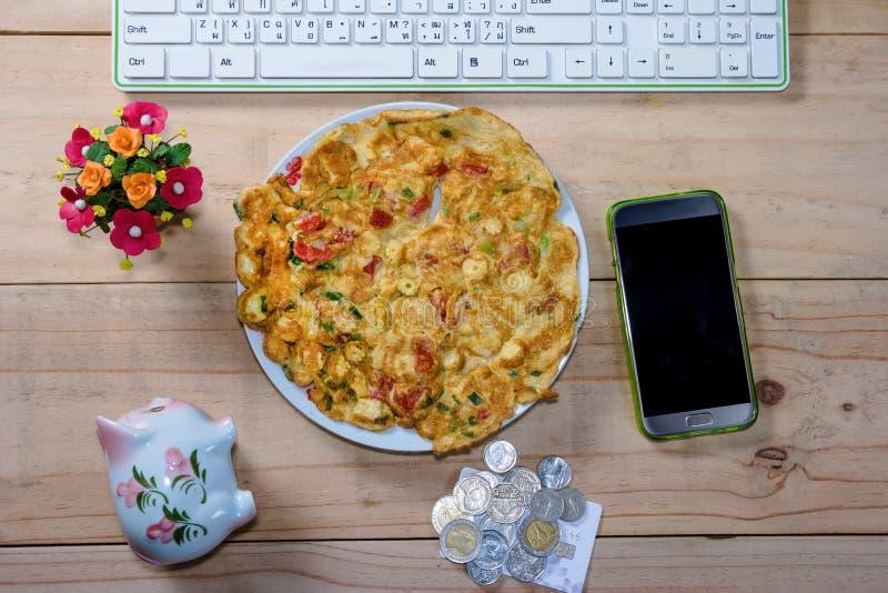 Omlet z cebula pomidorem na biurku i liśćmi obraz stock