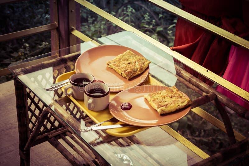 Omlet z grzanką i herbatą Typowy śniadanie w Goa hotelach obrazy royalty free