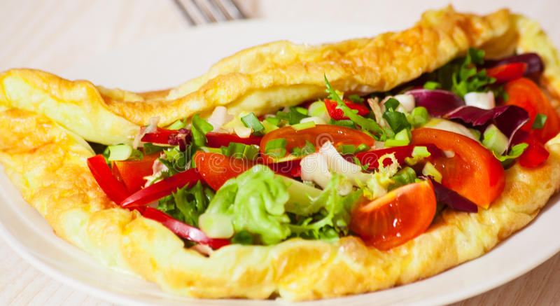 Omlet z jarzynową sałatką zdjęcia royalty free