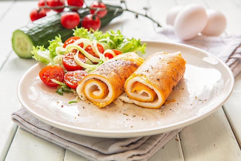 Omlet z jarzynową sałatką Jajeczni śniadania zdjęcie stock
