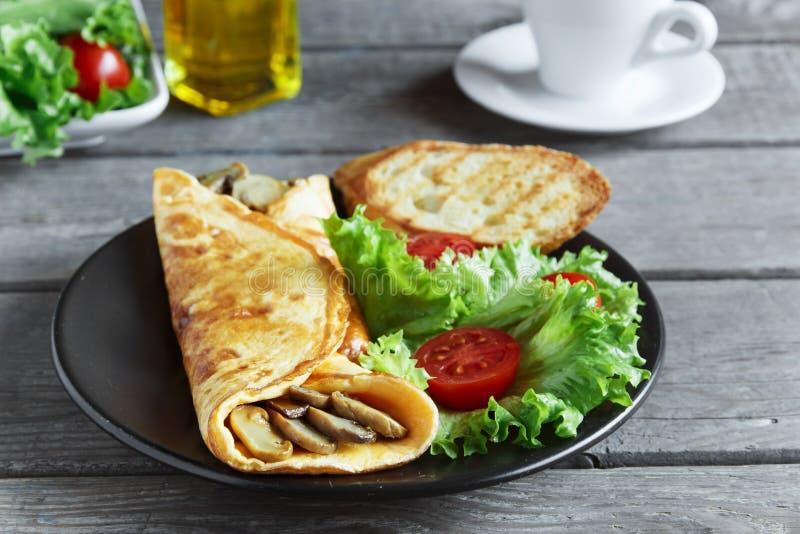 Omlet z pieczarkami dalej z sałatką i pomidorem zdjęcie stock