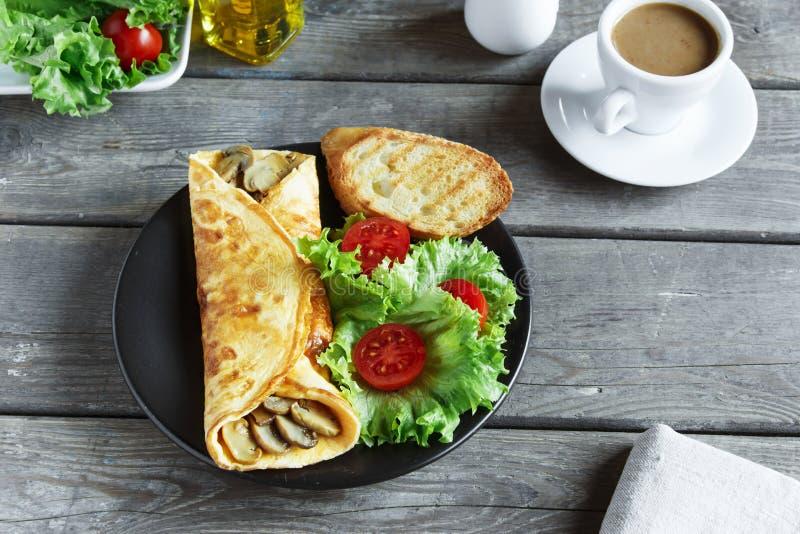 Omlet z pieczarkami dalej z sałatką i pomidorem obrazy royalty free