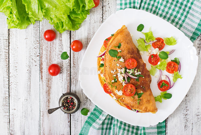 Omlet z pomidorów, pietruszki i feta serem, obrazy royalty free
